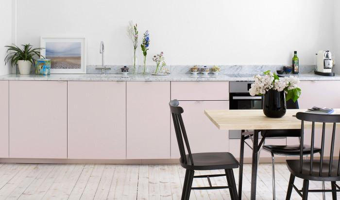 Пастелни розови шкафове в комбинация с мраморен плот