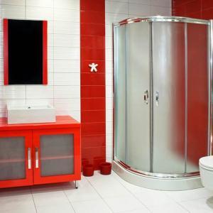 Червеното внася лукс, дори и в по-компактната баня