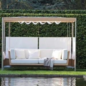 Градински люлки тип павилион ще освежат големия двор