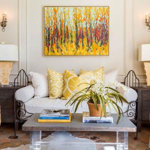 Намек за лукс – жълта коприна за разкошно лято в дневната