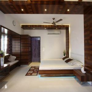 От старовремска към модерна спалня с дървени окачени тавани