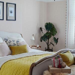 Спалнята - цветна, но семпла