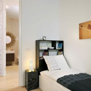 Малката спалня с поглед към банята