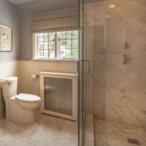 Съчетайте този нюанс на сивото и с друг неутрален цвят в банята