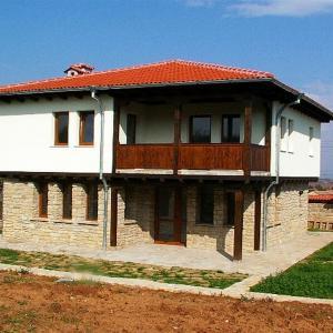 Класическа и сигурна каменна фасада