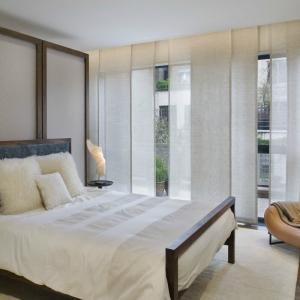 Интересните панелни завеси са идеални за спалня в азиатски стил