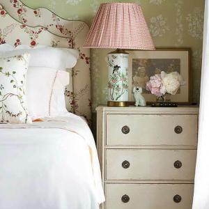 Винтидж спалня с флорални мотиви