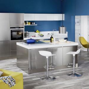 Централен кухненски остров с метален ефект
