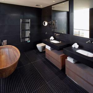Черната баня се нуждае от дървени и стъклени елементи