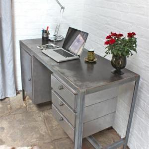 Придайте индустриална визия с метално бюро