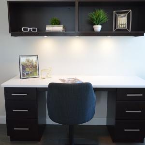 Спестете място и се спрете на бюро с надстройка