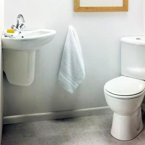 Изберете светли тонове за стените, пода и тавана