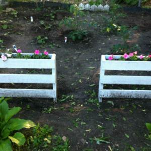 Палетите и градинарството, защитени от дървени огради