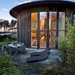 Кръгла дървена и монолитна къща