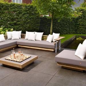 Дървените градински пейки създават усещане за уют