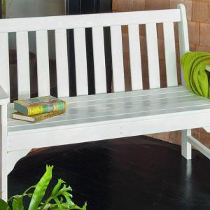 Пластмасовите градински пейки са изключително достъпни