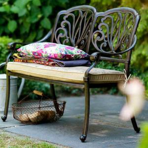 Металната градинска пейка изисква закупуване на допълнителни възглавници
