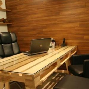 Удобно бюро от палети за тавана