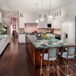 Изящество в кухня с лилави флорални акценти