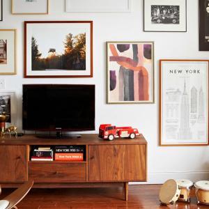 Превърнете горните шкафове на старата секция в удобен шкаф за телевизор