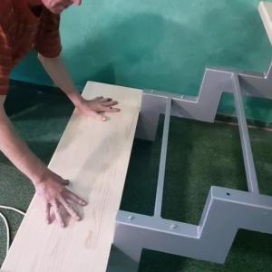 Скърцане по стълбите - това е основният проблем, който изисква ремонт