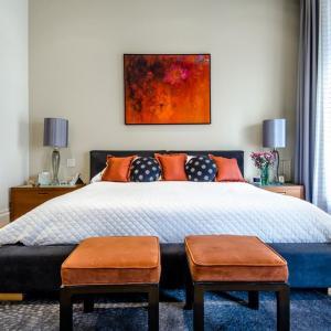 Декориране на стените в спалнята със стенописи и картини
