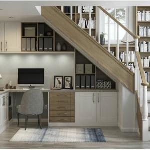 Домашен функционален и компактен офис под вашетo стълбище