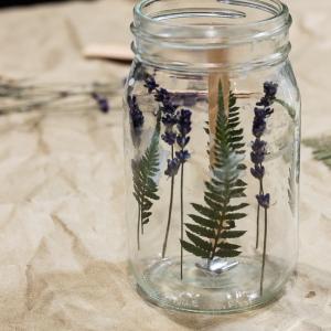 Стъпка 2: Добавете сухите цветя