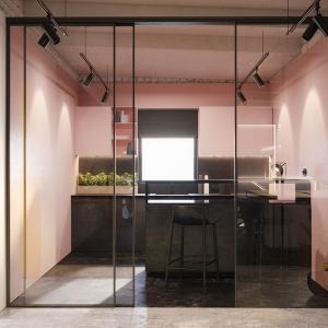 Светлорозова кухня с отворен план