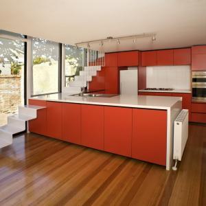 Наситено червена кухня с много интересен елемент